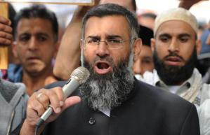 (FILES) In this file picture taken on September 14, 2012 Muslim cleric Anjem Choudary speaks to a group of demonstrators outside the US embassy in central London. British radical preacher Anjem Choudary was charged under anti-terror laws on August 5, 2015 with inviting support for the Islamic State jihadist group. AFP PHOTO / LEON NEAL